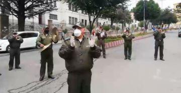 Banda de la Policía interpreta Resistiré a pacientes de la CNS