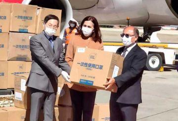 Bolivia recibe donación china de barbijos, reactivos y ventiladores mecánicos