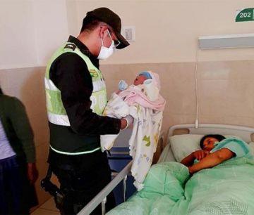 Una mujer da a luz a una bebé en un patrullero de la Policía