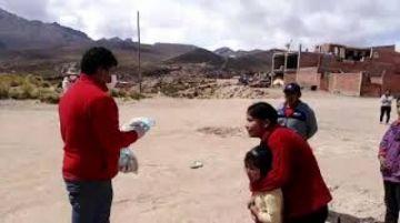 Concejal elabora pan para distribuir a las familias