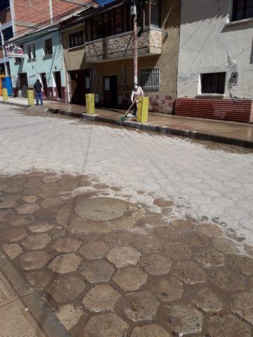 Los vecinos de la calle Bustillos desinfectan las calles en una incitativa propia