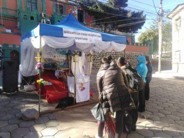 Cristo crucificado recibe las oraciones de los fieles en avenida Cívica