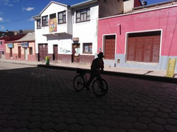 Una persona de la tercera edad recorre 35 kilómetros en bicicleta para llegar a la ciudad