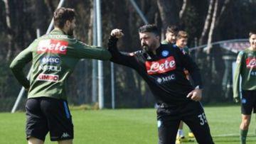 Jugadores y técnico del Nápoles ayudan a los empleados del club