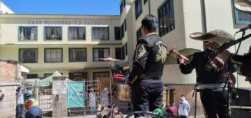 Alcalde de Potosí lleva mariachis a los médicos y policías