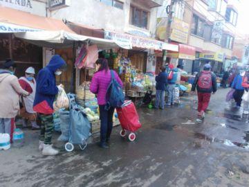 La gente usa carritos para llevar sus alimentos