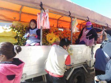 Comerciantes llevan fruta barata a los barrios