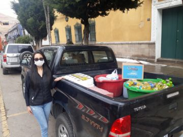 Miss Potosí Valeria Antezana dona alimentos e insumos de higiene
