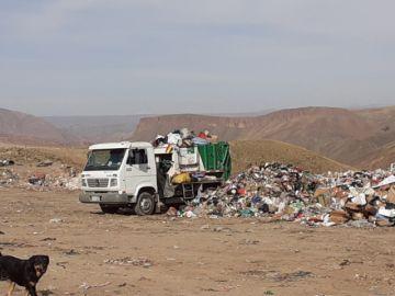Carros de basura se saturan porque la gente tira hasta muebles