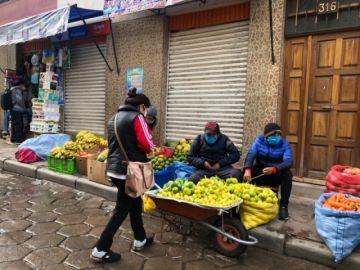Compradores salen a mercados en una mañana helada