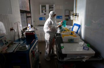 """Arieh Warshel: urge más encontrar el fármaco antes que la """"tardía"""" vacuna"""