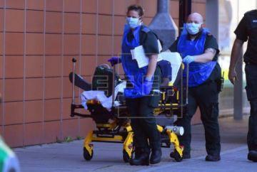 El Reino Unido sigue sin ver el pico del COVID-19 y registra 823 muertos más