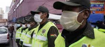 Por hacer cumplir cuarentena, policías soportan desde insultos hasta escupitajos