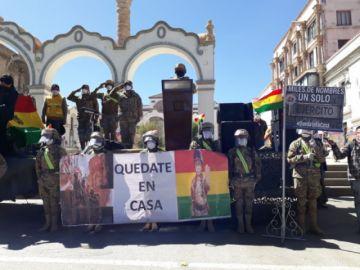 Ejército en Potosí sale a las calles y población saluda con banderas y pancartas