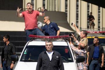 Bolsonaro desoye las recomendaciones y saluda a sus seguidores en un acto militar