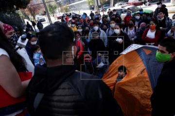 Migrantes peruanos acampan ante el Consulado en Chile y piden volver a su país