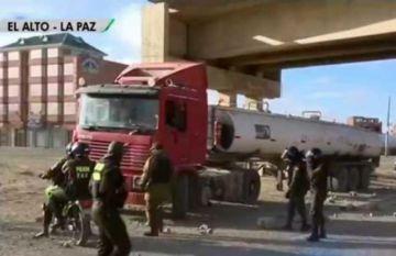 Policía interviene y levanta bloqueo en el Distrito 8 de El Alto