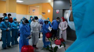 Dan de alta a una enfermera y tres pacientes que superaron la COVID-19 en el hospital Solomon Klein