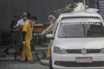 Brasil llega a 6.750 muertes por COVID-19 con Bolsonaro de nuevo de paseo