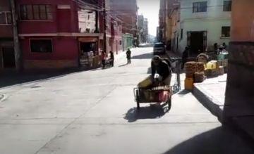 """""""Taxis de dos ruedas"""" ayudan a llevar los productos"""