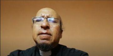 El padre Miguel Albino saluda a los periodistas en su día