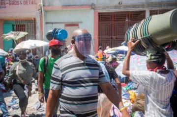 Confusión con las mascarillas en el primer día que son obligatorias en Haití