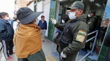 Más de 130 policías resultan infectados con COVID-19 y en El Alto apedrean una patrulla