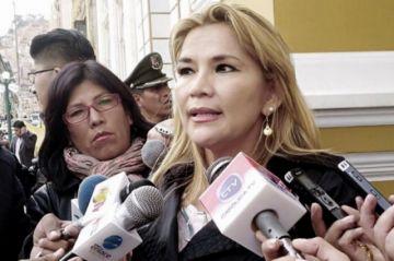 """Añez amplía el alcance de dos decretos y penaliza la """"desinformación"""" en medios impresos y artísticos"""