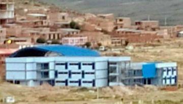 Roban luminarias y andamios de la construcción de una escuela en Betanzos