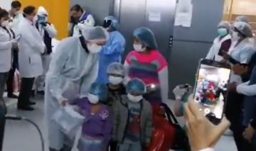 Tras vencer al coronavirus, una madre y ocho niños son dados de alta en Sacaba
