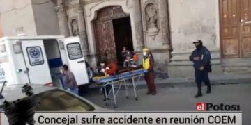 Concejala Apacani es llevada en ambulancia tras caída
