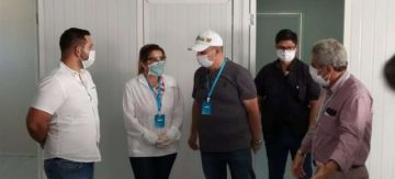 "La presidenta Jeanine Áñez usa una ""tarjeta bloqueadora de virus"" cuestionada en otros países"