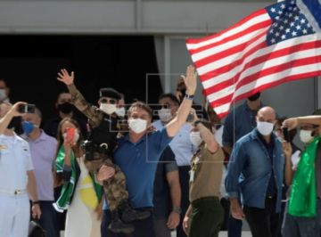 Bolsonaro acude a una manifestación con ministros y destaca la aglomeración