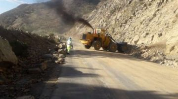 Maquinaria pesada retiró las piedras de la ruta Cochabamba-Oruro que fue dinamitada por comunarios