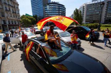 Miles de españoles protestan contra Pedro Sanchez
