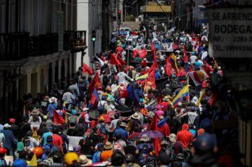 Ecuatorianos desafían al Gobierno y al COVID-19 para protestar en las calles