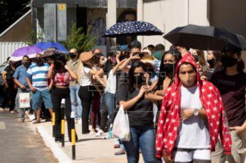 Miles de personas buscan un test en Brasilia antes de la reapertura comercial