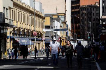 Brasil acelera su desescalada sin controlar el coronavirus
