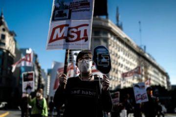 Manifestantes marchan en Buenos Aires por la muerte de George Floyd en EE.UU.