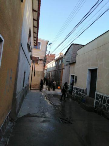 Vecinos desinfectan las calles de la ciudad de Potosí