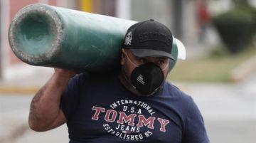 Largas colas y desesperación en Perú por comprar oxígeno a un precio exorbitante