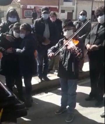 Un niño despide a su abuelita con música