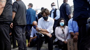 Trudeau hinca su rodilla durante una manifestación contra la brutalidad policial