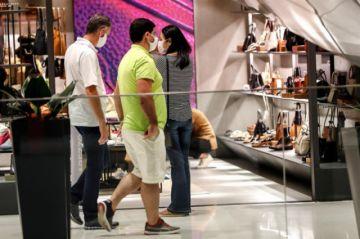 Ciudades de Brasil reabren centros comerciales en plena aceleración de COVID-19