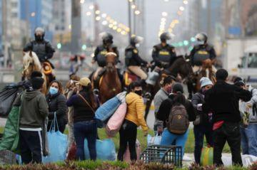 Miles de vendedores ambulantes desacatan cuarentena e invaden calles de Lima