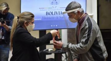 """Gobierno lanza campaña """"#TuDecisiónDaVida"""" y condecora a 6 donantes de plasma"""