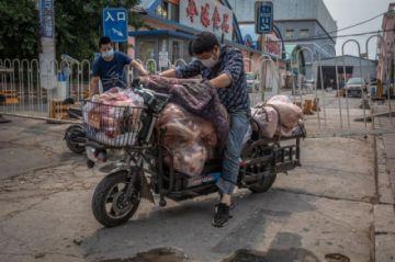 Un nuevo brote en el principal mercado de Pekín dispara las alarmas en China