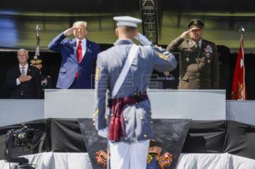 """Trump promete """"extinguir la plaga"""" del COVID-19 en un baño de masas militar"""