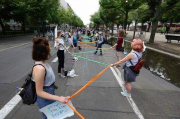 Miles de alemanes protestan con mascarilla contra la discriminación racista