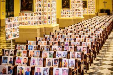 Las fotos de 5.000 fallecidos por COVID-19 en Perú revisten catedral de Lima